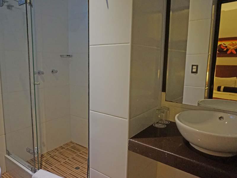 Machu Picchu comfort hotel badkamer - rondreis Peru