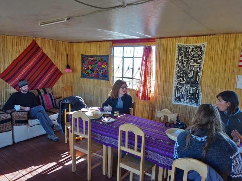 Peru kids - Titicacameer rieteiland restaurant