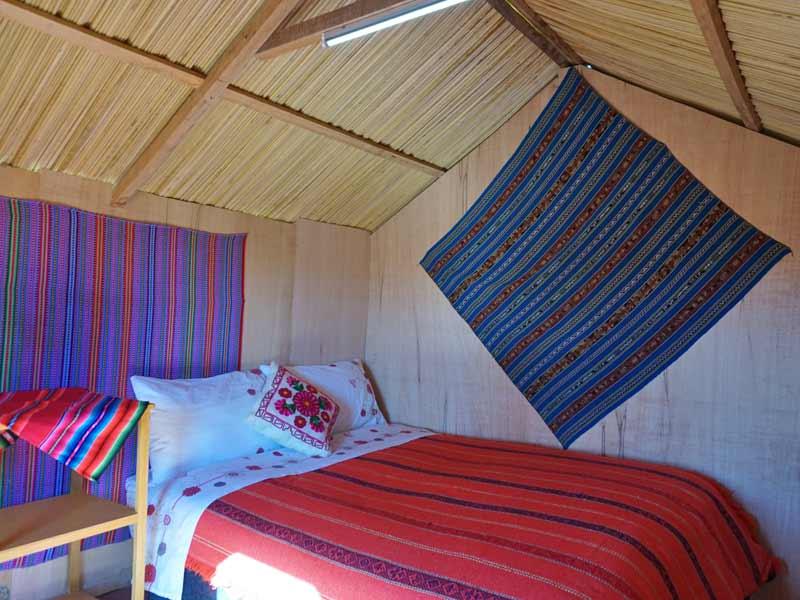 Peru kids - Titicacameer Uros hutje verblijf
