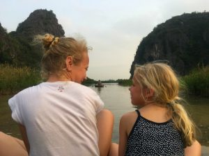 Ninh Binh met kinderen - varen in een sampan