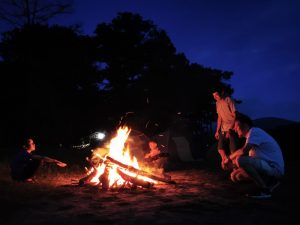 Kajakken Vietnam - kampvuurtje bouwen