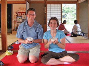 Riksja reizigers tijdens een theeceremonie in Japan
