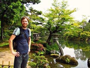 Riksja reiziger in een Japanse tuin in Kanazawa