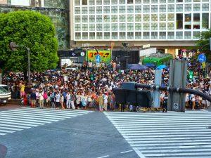 Shibuja oversteekplaats met druk voetgangers verkeer