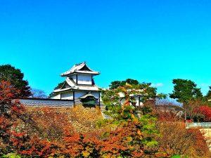 Een tempel in Kanazawa met herfstkleurige natuur
