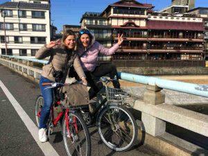 Twee Riksja reizigers op de fiets in Kyoto