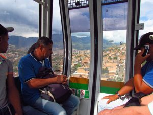 Einwohner von Medellín in der Seilbahn