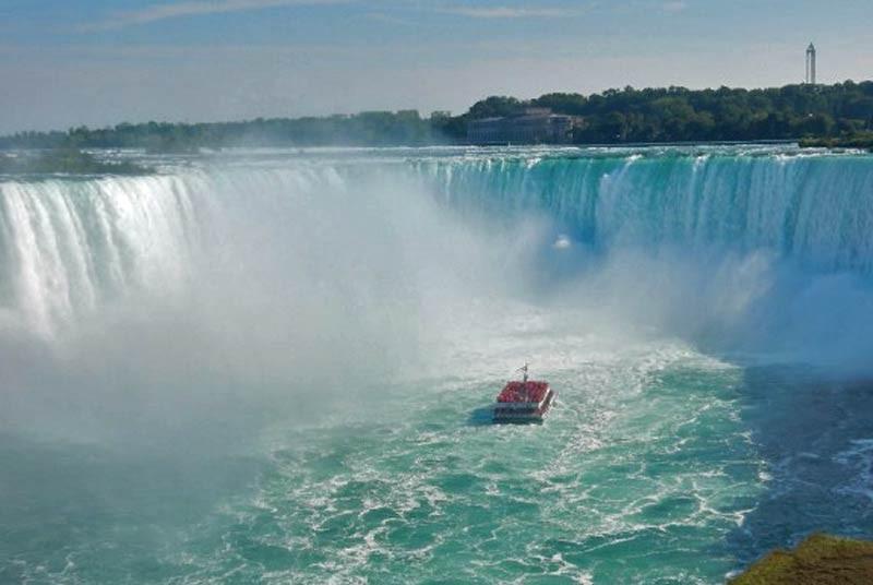 Boot onder Niagara Falls