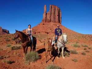 Te paard door Monument Valley