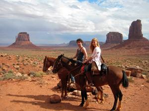 Te paard door Monument Valley