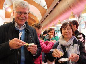Reisende probieren lokale Köstlichkeiten