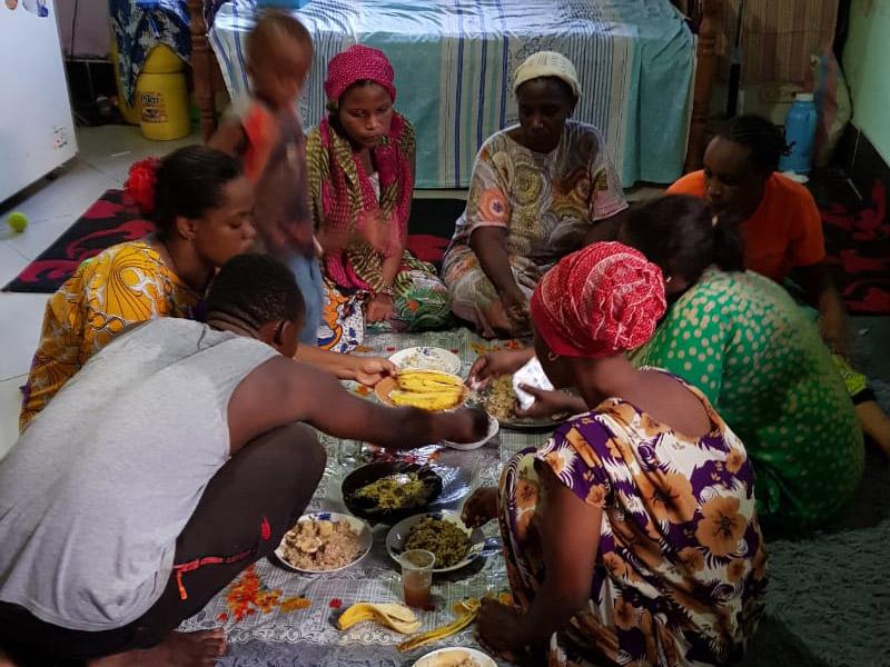 Moshi eten bij gezin