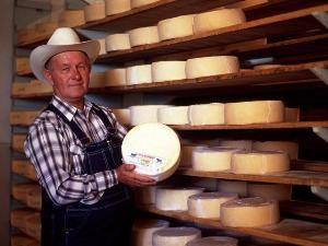 Mennonit zeigt selbstgemachten Käse