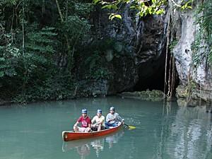 Kanu im Wasser vor Barton Creek Höhle