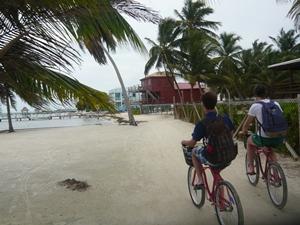 Fahrrad fahren auf Caye Caulker.