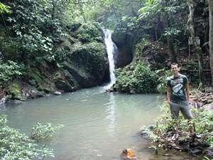 Reisender vor einem Wasserfall