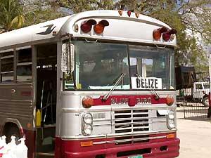 In Belize mit dem Bus ankommen