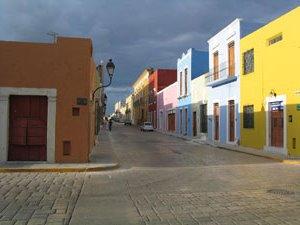 Ein wiederkehrendes Bild: Bunte Häuser während der 3 Wochen Yucatan Rundreise