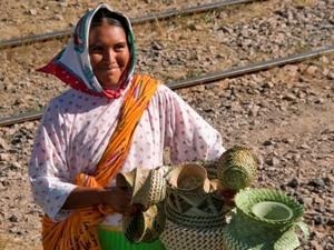 Raramuri-Frau mit geflochtenen Körben