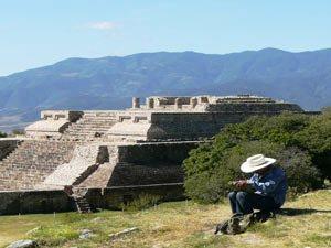 Mexiko-Tempelruine-oaxaca-mexikaner-vor-monte-alban