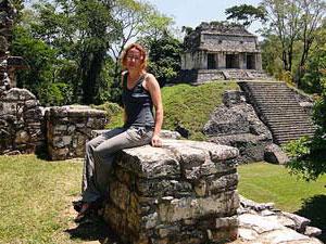 Frau in Palenque während Erkundungstour mit Mietwagen Yucatan