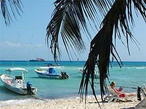 Boote am Strand von Yucatan in Mexiko