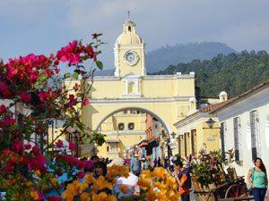 Blumen & berühmter Bogen in Antigua