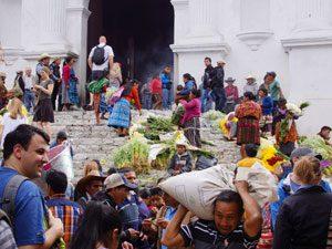 Einheimische mit Blumen in Chichicastenango