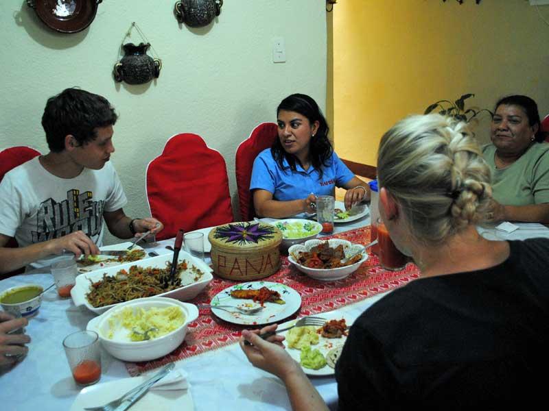 homestay-queztaltenango-essen-tisch