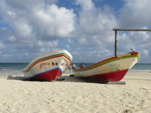 Boote am Strand in Mexiko