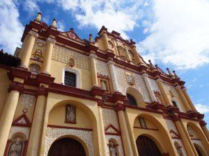 Mit dem Bus von Mexiko City nach Yucatan - koloniale Gebäude