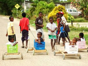 spielende Kinder in Hopkins bei Belize Rundreise