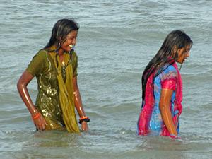 Badende Frauen in Mammallapuram.