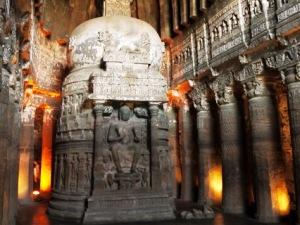 Blick ins Innere einer Höhle von Ajanta