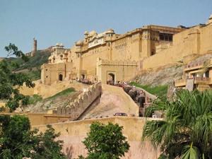 Blick auf das Amber Fort bei Jaipur - Nordindien Rundreise