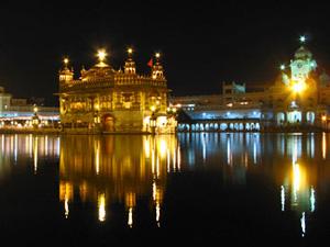 Goldener Tempel in Amritsar bei Nacht