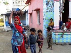 Frau mit Kindern in Barli