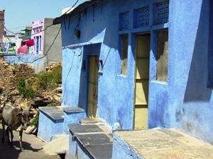 Blau getünchte Häuser in Bundi
