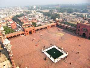 Blick vom Minarett über die Jama Masjid von Delhi