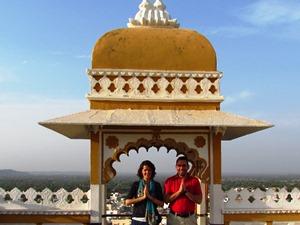 Paar beim Fotoshooting auf dem Deogarh Mahal bei Rundreise durch Indien