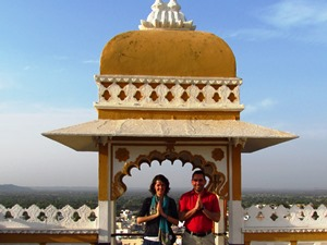 Paar beim Fotoshooting auf dem Deogarh Mahal