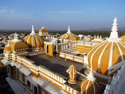 Blick über die Dächer des Deogarh Mahals bei Rundreise durch Indien