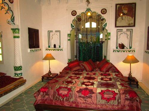 Ein komfortables Zimmer im Deogarh Mahal bei Indien Rundreise