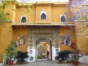 Beeindruckender Eingang zum Deogarh Mahal