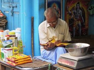 Zeitung lesender Mann in Deogarh
