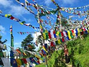Bunte Gebetsflaggen prägen die Landschaft im Norden Indiens.
