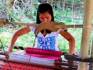 Weberin im Nam Phake Thai Dorf