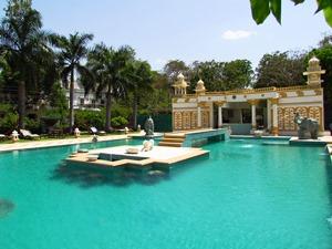 Pool im Palasthotel von Dungarpur in Indien