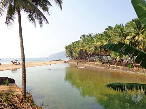 Goa Indien - Naturstrand mit Naturhaus bei einer Rundreise.