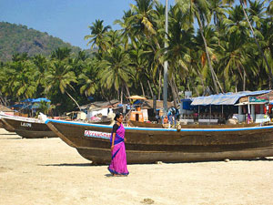 Frau am Strand in Goa in Indien.